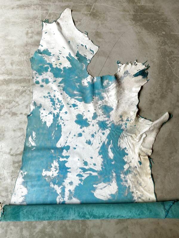 画像1: 牛 マンダラ毛皮 ホワイト×ブルー (1)